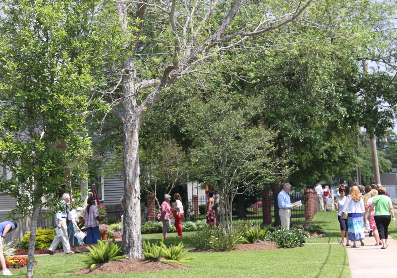 Patrons enjoying the 2012 Palm Sunday Tour in Margaret Place. Photo by Cissy Guidry.