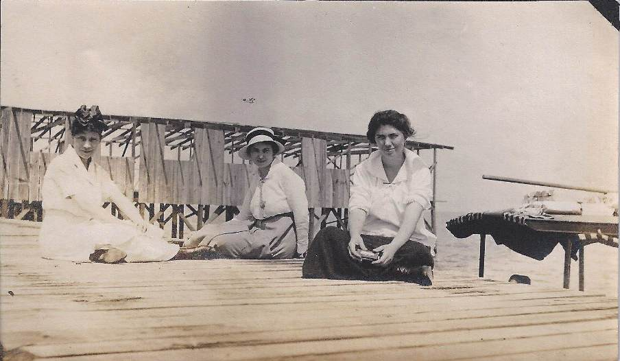 3youngwomenonpier
